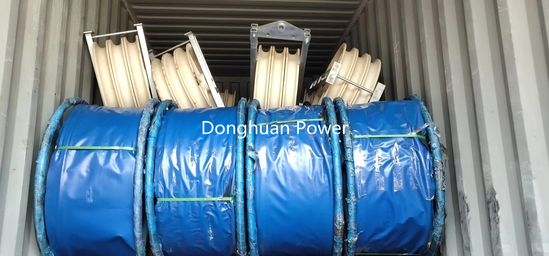 40000m Anti Twist Steel Rope and 132pcs stringing blocks 660X100mm Three Nylon Wheels are loading container